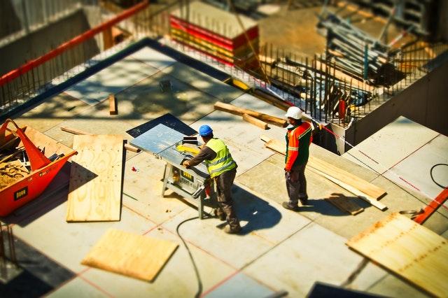 Wat zijn de regels voor het bouwen van een woning op een stuk grond?